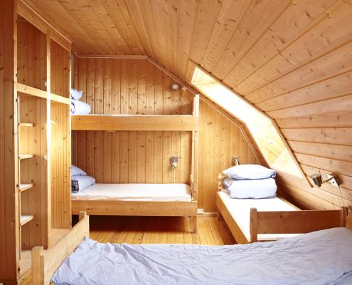 Ett soverom med fem sengeplasser på Åstjernstua.