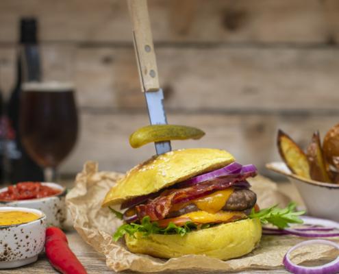 Servering: Elgburger med deilig tilbehør